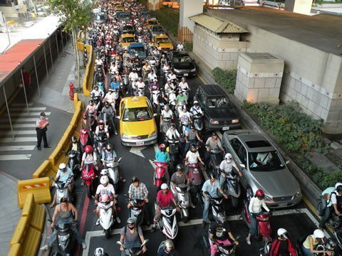 An extreme example, but imagine how much worse emissions would be if all of these Taipei riders were in cars instead. Pic by Koika.